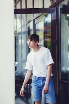 Modelo masculino con camiseta blanca en blanco.