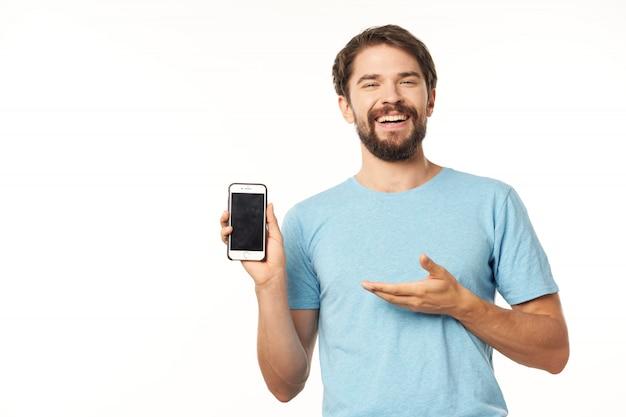 Modelo masculino guapo con barba con un teléfono posando