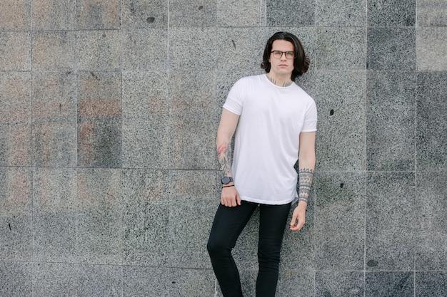 Modelo masculino guapo hipster con camiseta blanca en blanco
