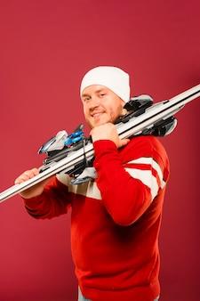 Modelo masculino de invierno con esquís