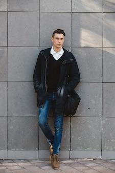 Modelo masculino de moda hipster posando al aire libre