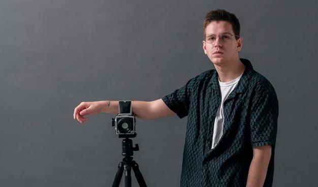 Modelo masculino en una vista de tiro medio de estudio
