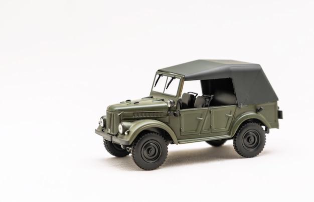 Modelo en miniatura de un coche retro sobre una superficie blanca