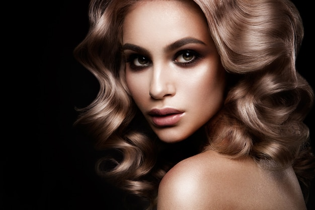 Modelo de moda belleza chica con maquillaje brillante