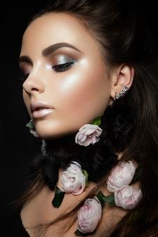 Modelo de moda con flores