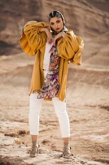 Modelo de moda en gabardina amarilla de moda