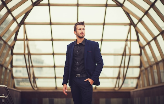 Modelo de moda guapo