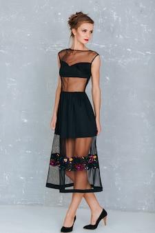 Modelo de moda lindo de la mujer