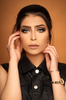 Modelo de moda en maquillaje de noche con ojos ahumados