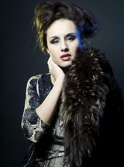 Modelo de moda mujer posando en el estudio
