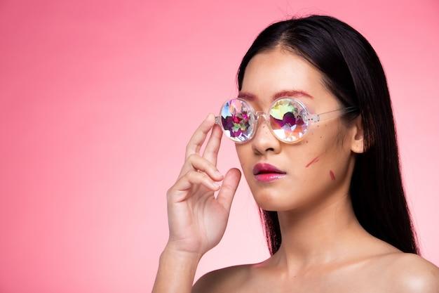 Modelo de moda ropa de mujer gafas de caleidoscopio