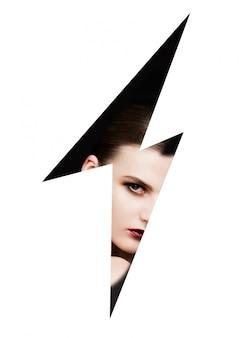 Modelo de moda usando maquillaje a través de un rayo