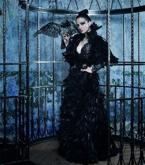 Modelo de moda en vestido de fantasía