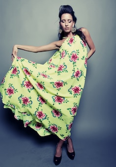 Modelo de moda en vestido floral