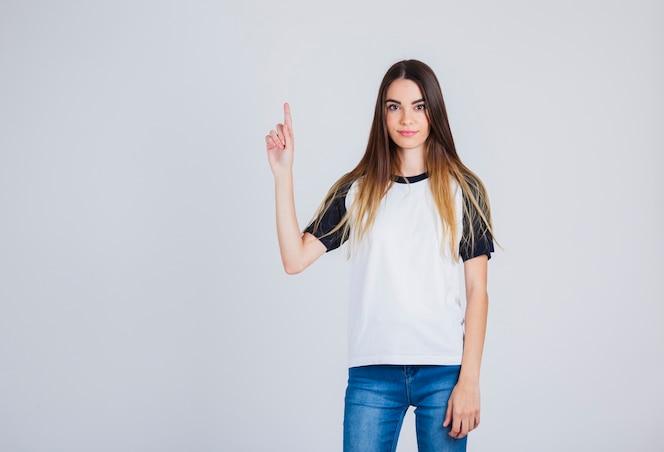 Modelo mostrando un dedo