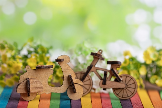 Modelo de motocicleta y bicicleta de madera en madera colorida