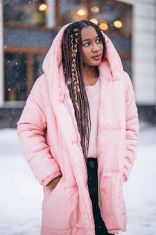 Modelo de mujer afroamericana fuera