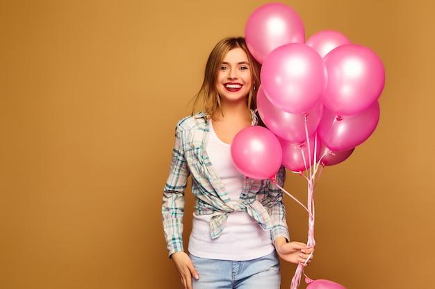 Modelo de mujer con globos rosados