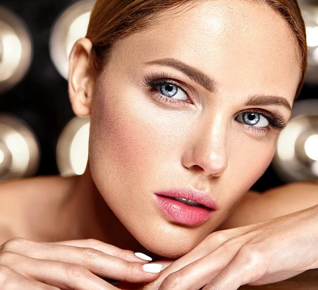 Modelo de mujer hermosa glamour sensual con maquillaje diario fresco con color de labios desnudos y cara de piel limpia y saludable