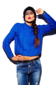 Modelo de mujer joven hermosa elegante glamour con labios rojos en tela azul suéter hipster dando beso