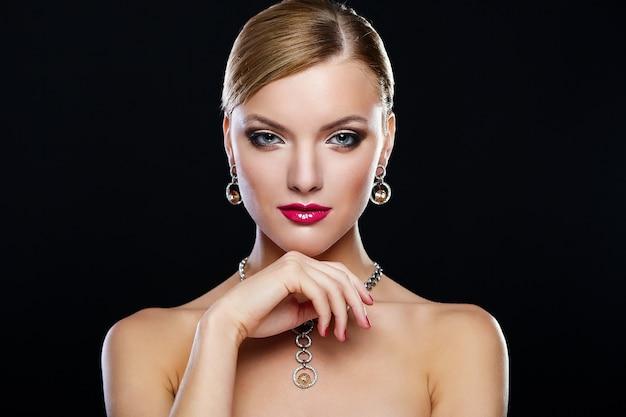 Modelo de mujer joven con labios rojos