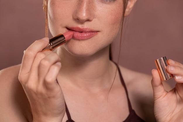 Modelo de mujer joven con lápiz labial