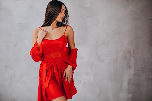 Modelo de mujer joven en ropa interior para dormir