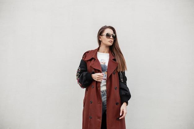 Modelo de mujer joven urbana bastante lindo en ropa juvenil de primavera de moda