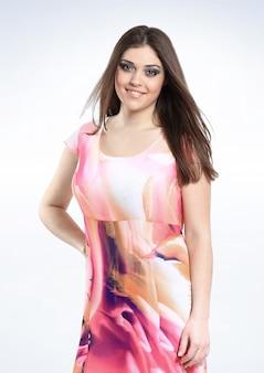 Modelo de mujer de moda en vestido de verano