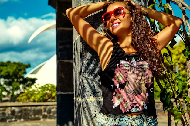 Modelo de mujer morena en ropa casual colorida brillante hipster de verano