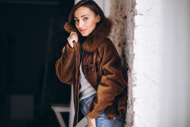 Modelo de mujer mostrando ropa de invierno