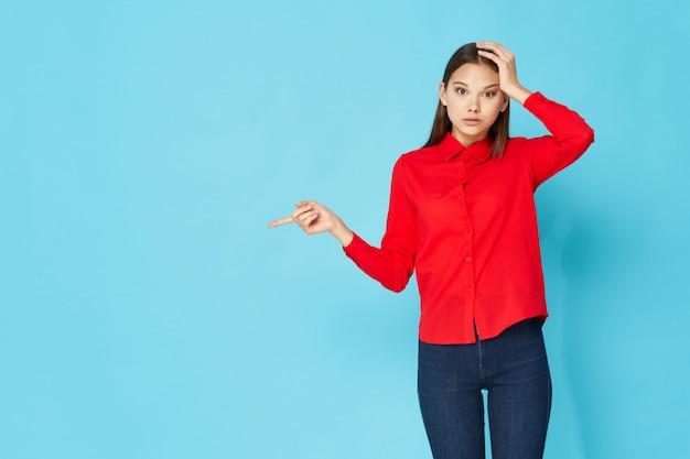 Modelo de mujer posando en ropa colorida