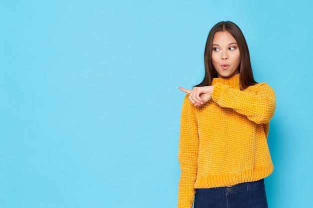 Modelo de mujer en ropa colorida