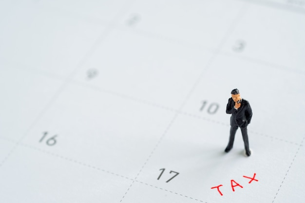 Modelo de negocio de miniture en calendario. conceptos de gestión de impuestos.