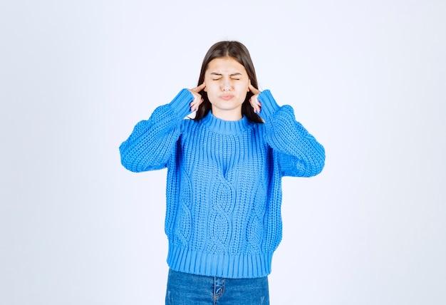 Modelo de niña coning orejas con los dedos.