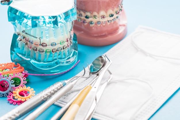 Modelo de ortodoncia y herramienta de dentista