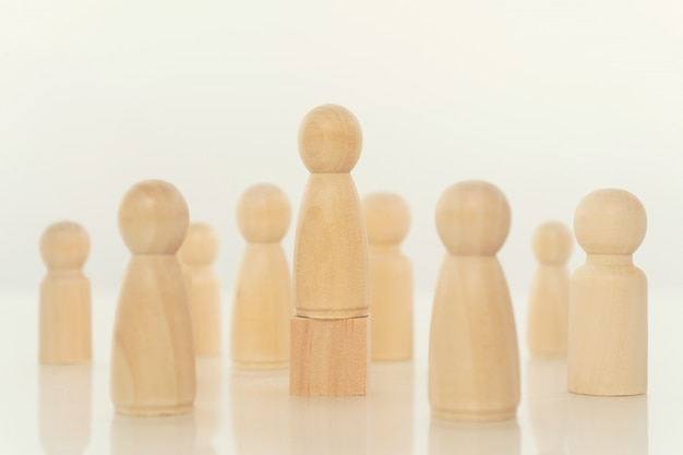 Modelo de persona de madera entre personas en blanco