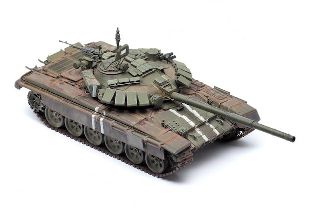 Modelo de pie de un tanque de batalla militar sobre una superficie blanca