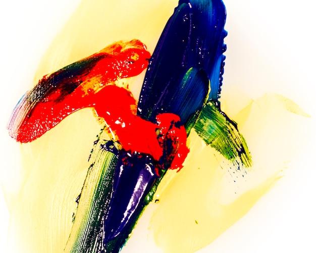 Modelo de pinceladas de colores sobre fondo blanco.