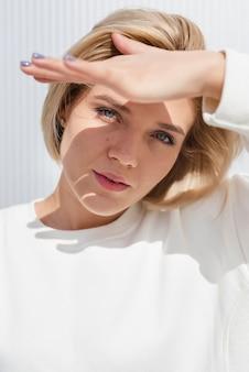 Modelo protegiendo los ojos del sol