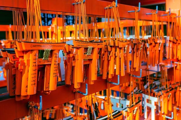 El modelo de puertas torii estaba colgado en un estante después de que un turista las usara para pedir un deseo en el santuario fushimi inari, kyoto.