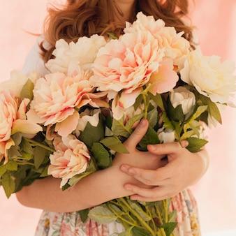 Modelo con ramo de flores de primavera