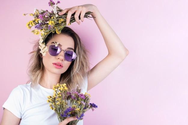 Modelo con ramos de flores