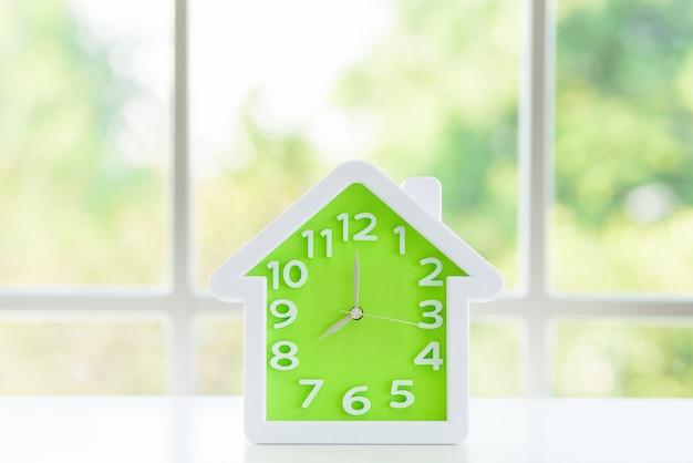 El modelo de reloj y la ventana.