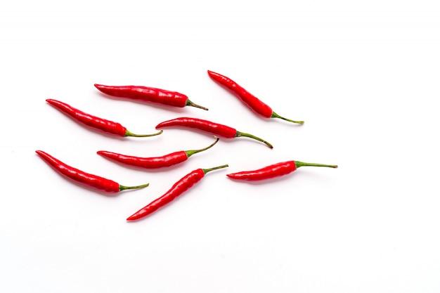 Modelo rojo fresco de las pimientas de chile aislado en blanco.