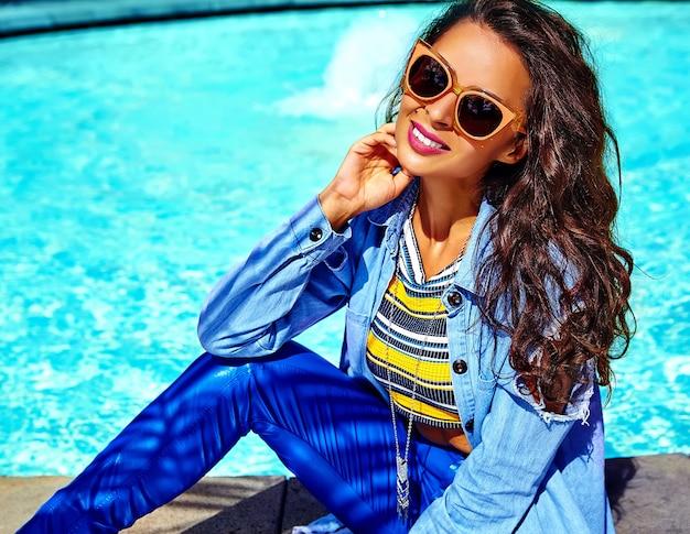 Modelo en ropa hipster de verano posando en la calle