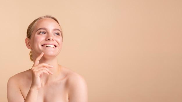 Modelo rubia de primer plano con amplia sonrisa y espacio de copia