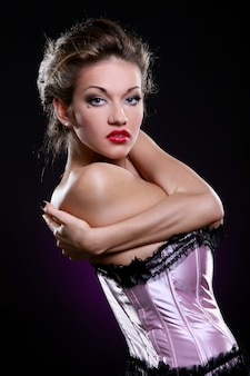 Modelo rubia en sujetador rosa