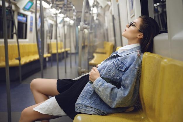 Modelo sexy posa en el vagón del metro