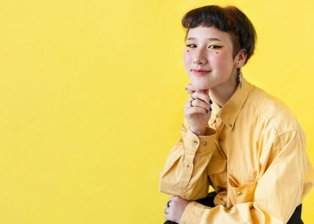 Modelo sonriente sobre fondo amarillo